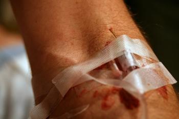 Работать в стерильных перчатках, после каждого введения лекарственных ве